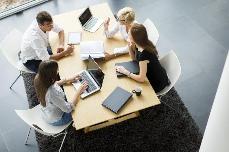 empleados-mandos-medios-trabajo-charla-oficina-mesa