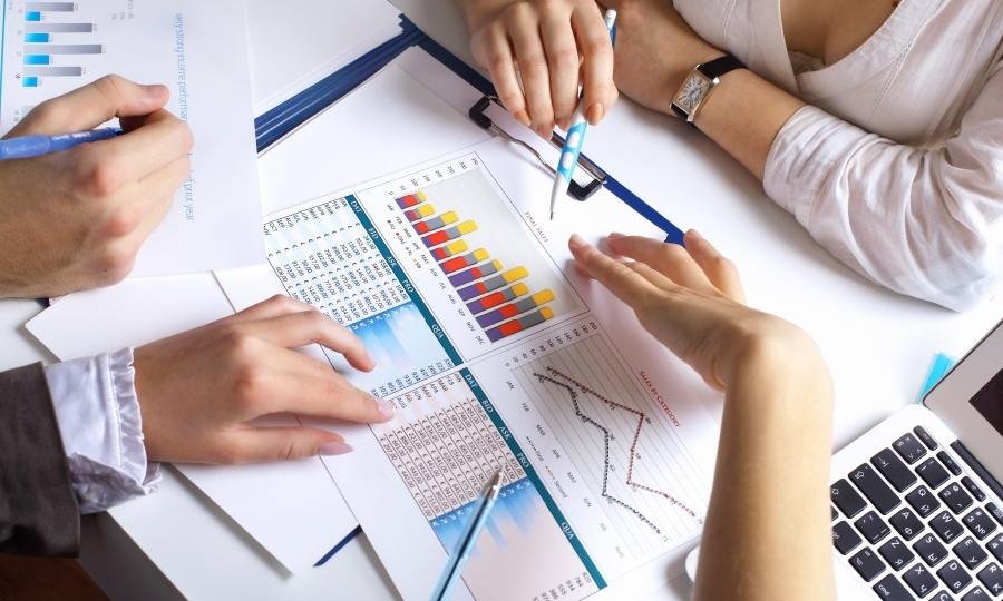 gestión-nóminas-empleados-papeles-graficos-oficina
