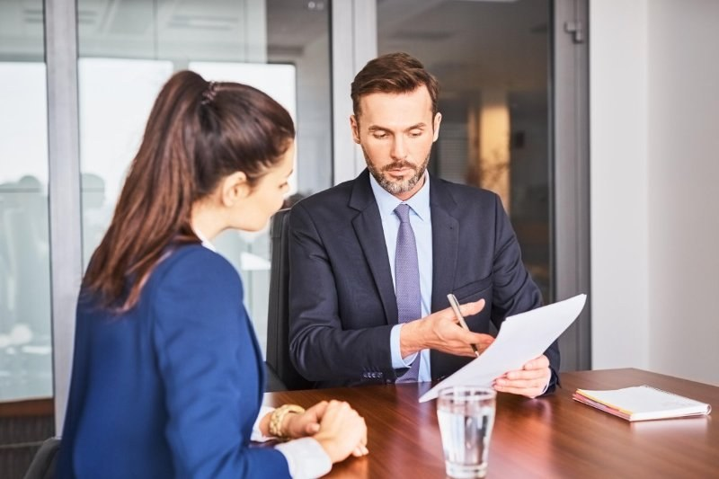 derechos-obligaciones-empleador-mujer-hombre-negociando-papel-mesa-oficina