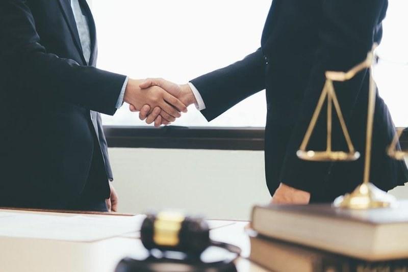 hombres-negociando-derechos-obligaciones-empleador