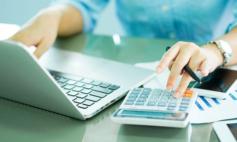 gestión-nóminas-mujer-calculadora-laptop